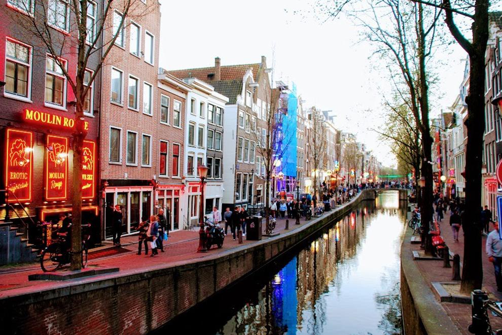 Вводятся ограничения на экскурсии по Кварталу красных фонарей в Амстердаме